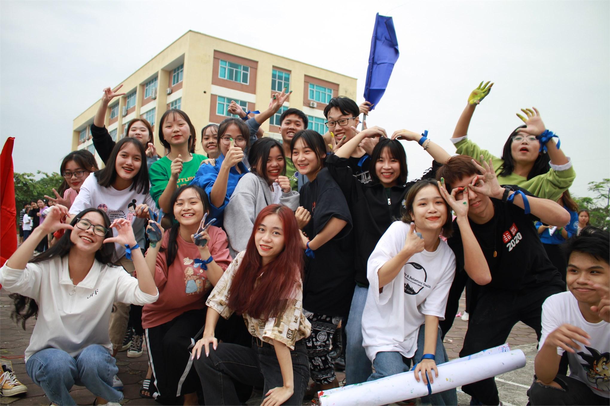 niềm vui của tân sinh viên khoa du lịch