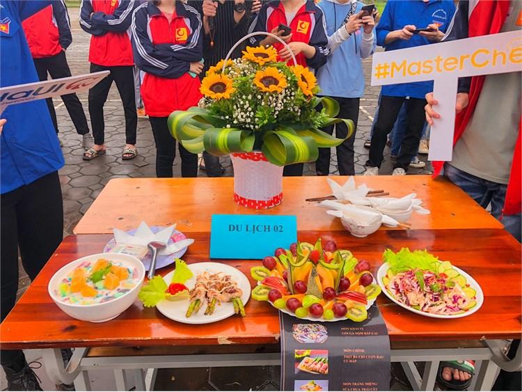 Cho đoàn lớp ĐH Du lịch 2 K15 đạt giải nhất trong cuộc thi nấu ăn Masterchef 2021