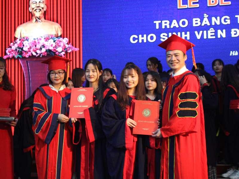 Lễ bế giảng, trao bằng tốt nghiệp hệ Đại học ngành Việt Nam học và chuyên ngành QTKD Du lịch Khóa 11